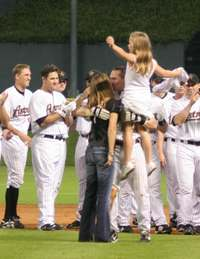 Craig_biggio_kisses_wife_patty_while_dau