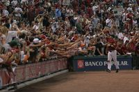 Biggio_salutes_crowd